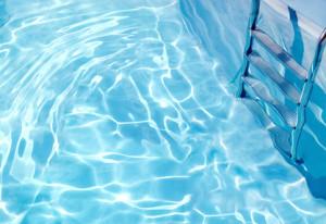 Une eau de piscine saine et claire